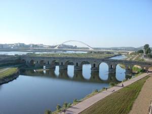 Puente romano de Mérida y de fondo el puente de Lusitania